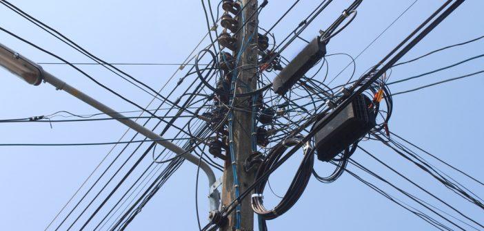 Los postes de la CFE y la competencia en telecom